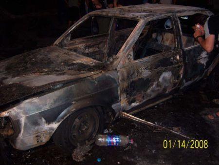 Uno de los autos incendiados por la patota