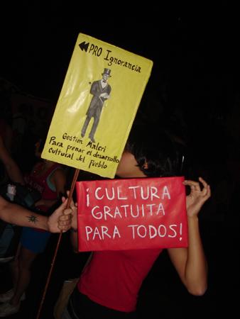 chica_cartelitos.jpg