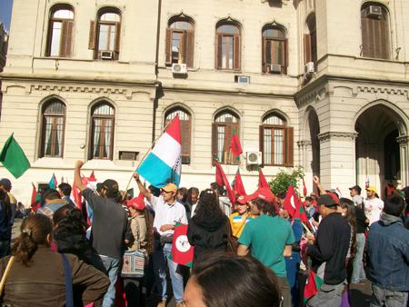 8_campesinos_frente_a_gobierno_2.jpg