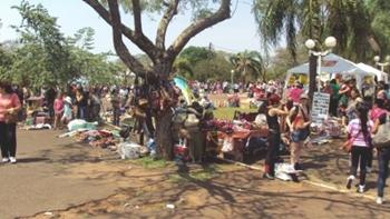 Feria en el Parque República de Paraguay esta mañana durante las incripciones.