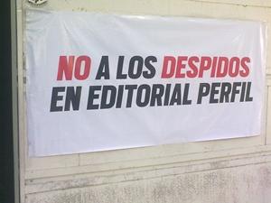 Imagen del miércoles 12/12: movilización de trabajadores/as de prensa ante las puertas de Diario Perfil