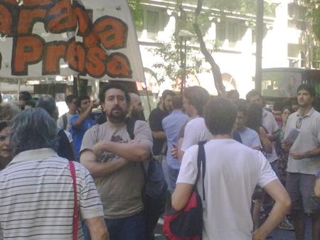 Movilización de trabajadores/as de prensa ante las puertas de Diario Perfil