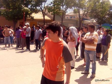 Piquete realizado por comerciantes de calle Esquiu para evitar nuevos saqueos. Medio día del sábado