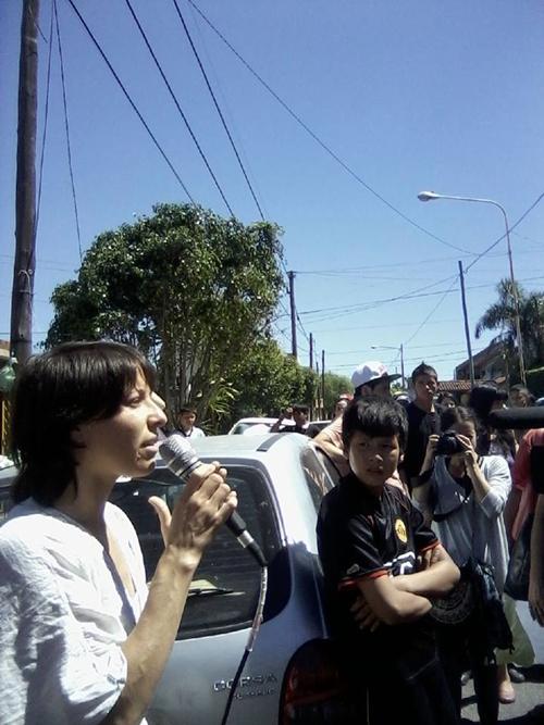 Vanesa_Orieta_contestando_los_ataques_de_vecinos_de_El_Palomar.jpg