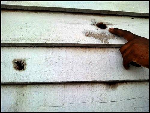 Orificios de bala de plomo sobre una casilla, según denuncian los vecinos