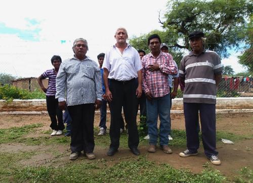 Director de la escuela 521, Roberto Carlos Bordón, junto a referentes wichí de la zona