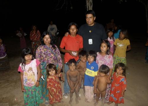 Agustín Santillán, referente, posando con una familia wichí de Pocitos