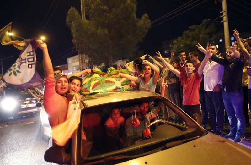 izquierdistas-y-kurdos-celebran-en-turquia-efe.jpg