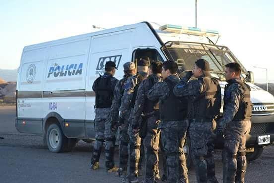 policias-bloqueo-barrick.jpg