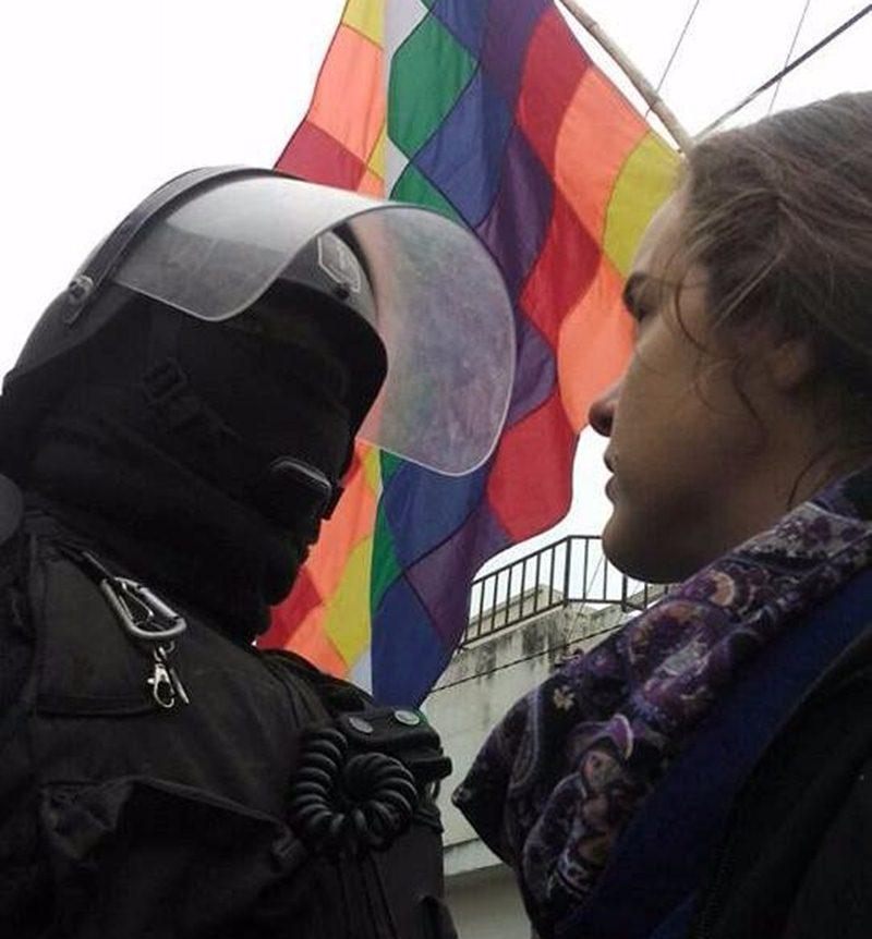 mujer_y_poli.jpg