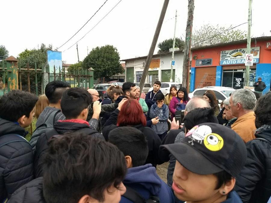 Imagen del acto que se realizó hoy por la tarde frente a la Escuela Técnica N°4 en apoyo al docente Federico Mendoza