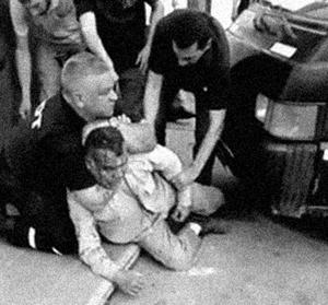 Imagen de la brutal golpiza de los oficiales del COT de Tigre, Humberto Eusebio Sosa y Gustavo Leonel Castillo, al trabajador José Ojeda (2016)