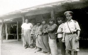 Prisioneros pilagá, junto a un gendarme