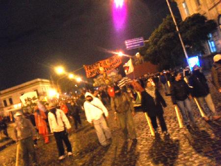 Marcha por la noche hasta el Puente Pueyrredón