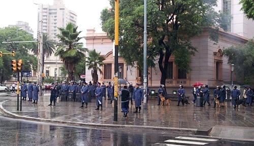 Imagen del fuerte operativo policial frente a la Casa Radical, previo a la represión, cuando la marcha de desconcentraba