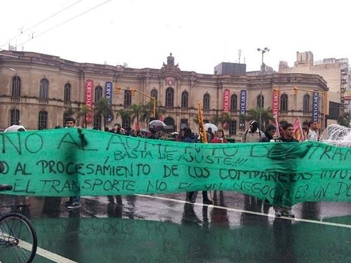 Manifestantes frente al Patio Olmos