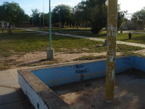 Imagen del sector de una plaza del barrio donde se ven las machas de sangre de los niños heridos por la policía