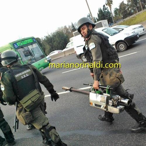 Personal de Gendarmería con aparato que genera humo para dispersar, desorientar e impedir que se filme el accionar de la fuerza. Gentileza: Mariano Rinaldi.