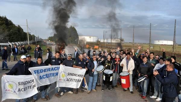 aceiteros-bloquen-puertos-bahia-blanca_claima20150518_0117_28.jpg
