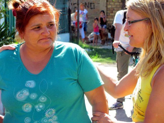 La madre de Yanina García, Lila, recibiendo la bicicleteada donde hace 14 años su hija adolescente fue asesinada