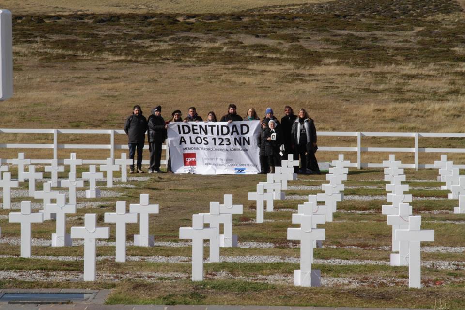 2_-_delegacio_de_la_cpm_en_el_cementerio_de_darwin.jpg