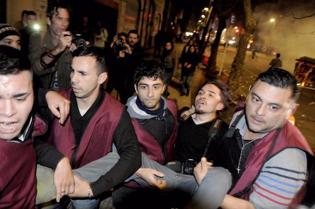 007_detenciones_milicos_sin_identificaci_n_contra_carlos_guerra_fot_grafo.jpg