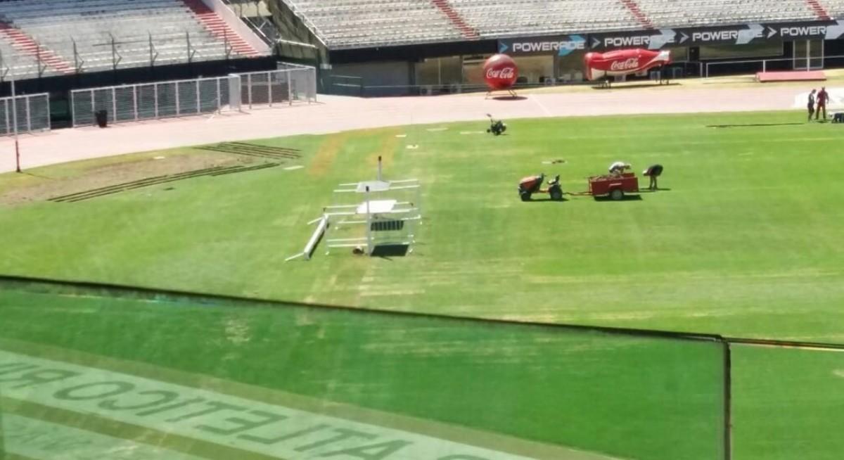 Así estaba éste martes el césped del estadio (Fotos: Twitter @GerGarciaGrova)