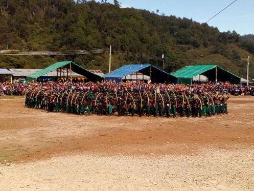 Las arqueras zapatistas rodean a las milicianas que se encuentran hacia el centro del circulo en torno a la pequeña niña zapatista (foto Ts'ujul)